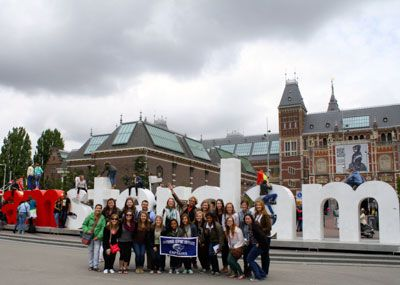 Leadership students in front of the I Amsterdam sign