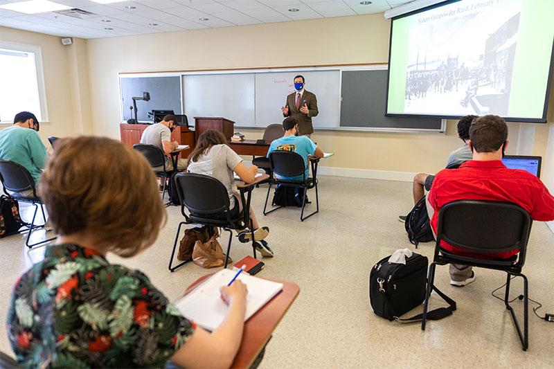 Dr. Frank Garmon Jr. teaches about the Revolutionary War.