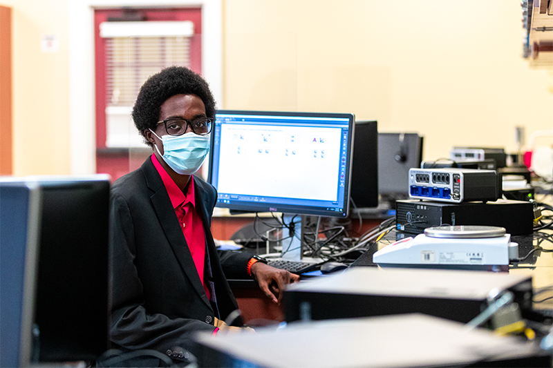 Nii-Boi Quartey in the CNU applied physics and computer science lab